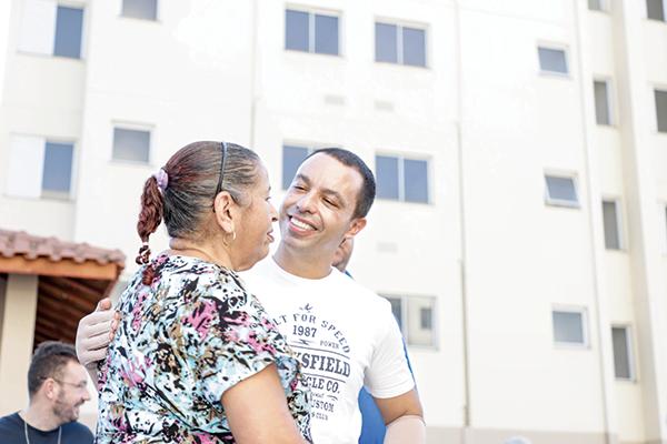 Rogério Lins acompanha chegada dos primeiros moradores do Miguel Costa